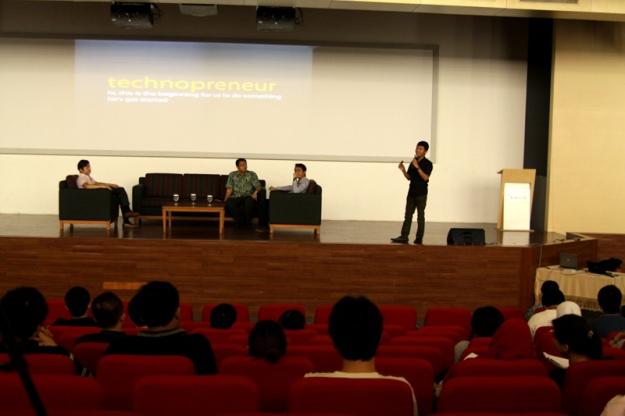 Tyovan was giving a seminar about technopreneurship with Takeshi Ebihara from Batavia Incubator Japan at Binus University.